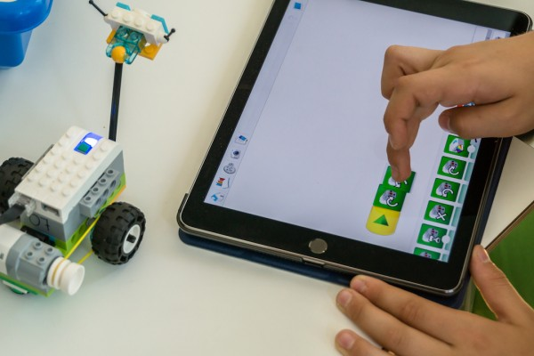 Milo, der LEGO-Roboter, wird programmiert